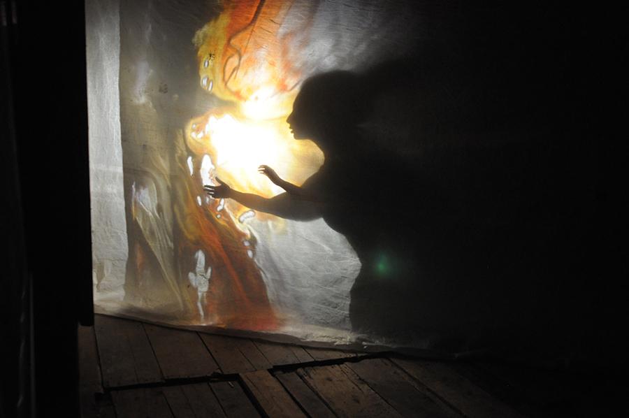 Amélie Lemay-Choquette - projection peinture sur verre - avec Alice Grondin Segal interprète