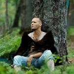 Johan Gass en performance dans la forêt